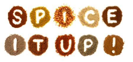 especias: Surtido de especias ortograf�a de la palabra, la especia para arriba, aislado en un fondo blanco