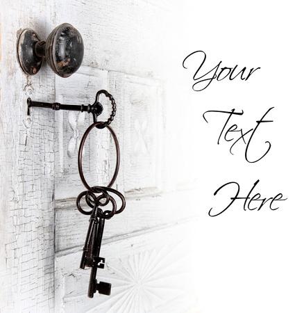 llaves: Antigua puerta con las llaves en la zona de bloqueo aislado de texto