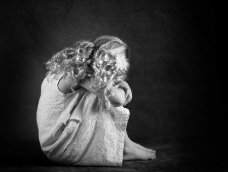 fille triste: Triste petite fille en noir et blanc