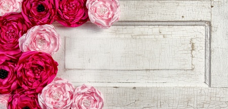perlas: Flores de color rosa de época en el panel de edad puerta entreabierta