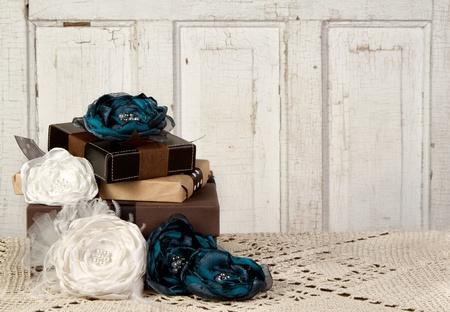 Verpakt vintage verpakkingen met vintage bloemen tegen een uitstekende deur Stockfoto