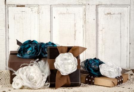 gifts: Verpakt vintage pakketten met vintage bloemen tegen een vintage deur Stockfoto