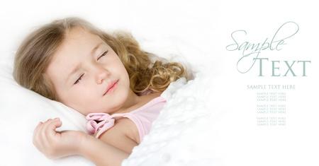 niño durmiendo: Niño durmiendo en la habitación de ropa de cama blanca de espacio de la copia