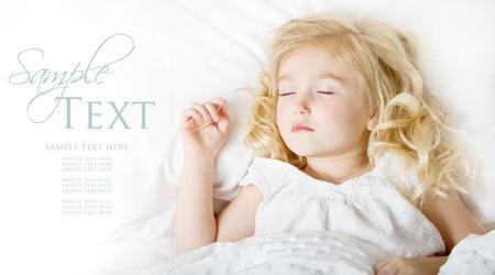 enfant qui dort: Enfant endormi dans la chambre literie blanche pour l'espace de copie Banque d'images