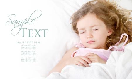 Niño durmiendo en la habitación de ropa de cama blanca de espacio de la copia Foto de archivo - 13497992