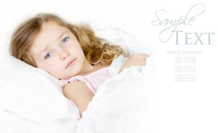 ni�os enfermos: Ni�o en edad preescolar enfermo o triste en la cama en su casa