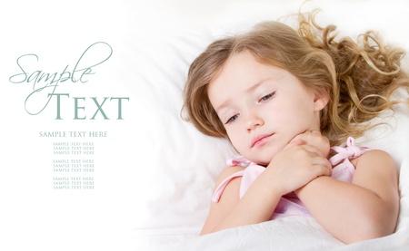ragazza malata: Malato o triste bambino in et� prescolare ragazza minorenne a letto a casa
