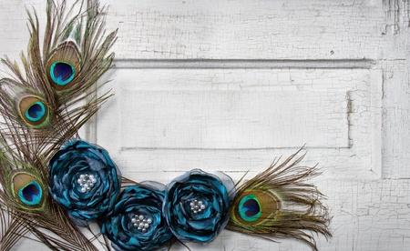 pluma de pavo real: Plumas de pavo real y flores en una puerta de blanco antiguo o vintage para el fondo