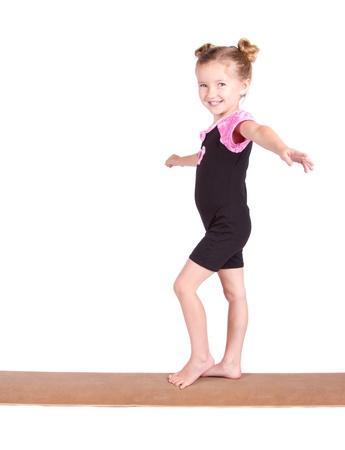 gymnastik: Youn gymnast saldon på balk isolerade på vit Stockfoto