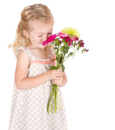 Fleurs odorantes petite fille isolée sur fond blanc