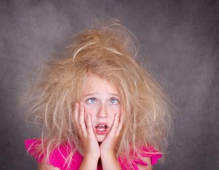 loco: Cruce chica de ojos con el pelo loco, enredada Foto de archivo