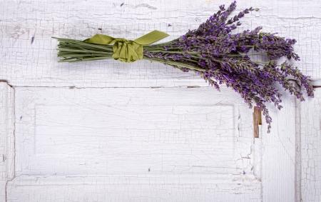 fiori di lavanda: lavanda che su un pannello di vecchia porta, spazio per copia spazio