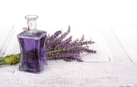 lavanda: Lavender spa Bodegón con botella de aceite de lavanda infundido en la puerta de la vendimia