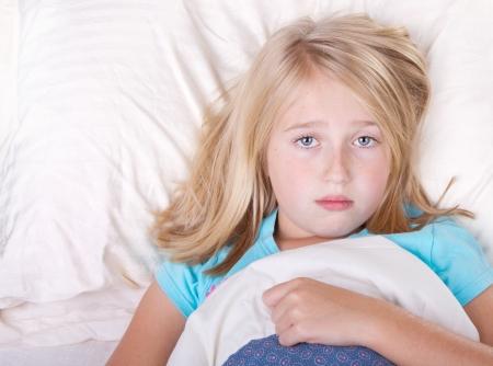 mirada triste: gril enfermo en la cama con una mirada triste