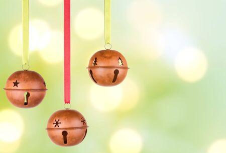 campanas de navidad: Tres colgando de Navidad o adornos navideños, campanas rústicos,