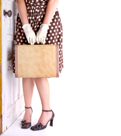 Imagen retra de una mujer con equipaje del vintage con una puerta vendimia Foto de archivo - 15201318