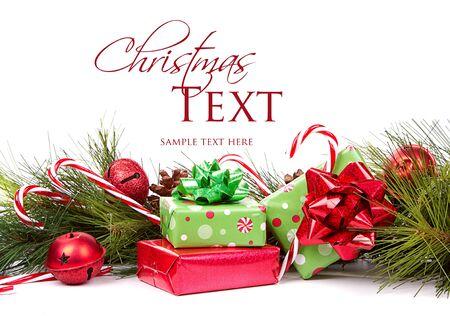 caja navidad: Regalos de Navidad y ramas de pino con los bastones de caramelo y ornamentos en el fondo blanco Foto de archivo