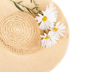 chapeau de paille: Chapeau de soleil avec des marguerites blanches sur fond blanc Banque d'images