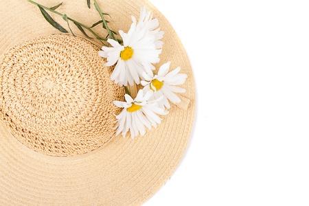 Zon hoed met witte margrieten op een witte achtergrond Stockfoto