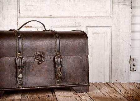 case: Tronco de madera o en el pecho en un fondo de madera antiguas Foto de archivo