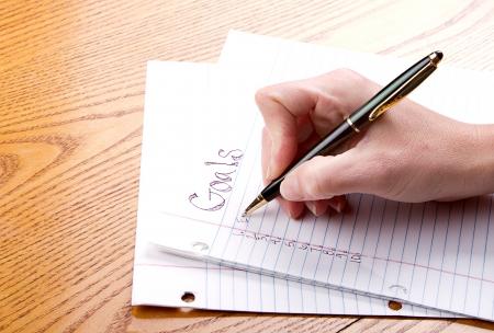goals: Person schriftlich Ziele auf einem Papier