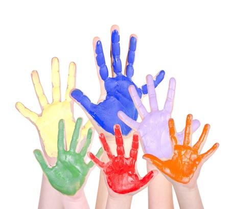 niños con pancarta: Manos pintadas en colores del arco iris en alto, aislado en un fondo blanco