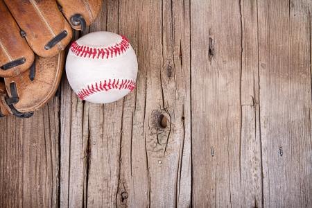 소박한 나무 배경에 야구와 미트