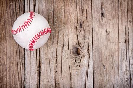 guante de beisbol: Béisbol en el fondo de madera rústica Foto de archivo