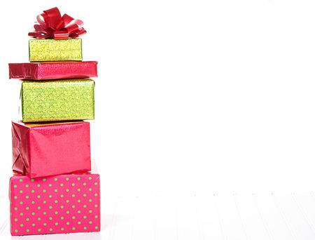 Rojas y verdes de la Navidad regalos apilados con un fondo blanco aislado Foto de archivo - 23499745