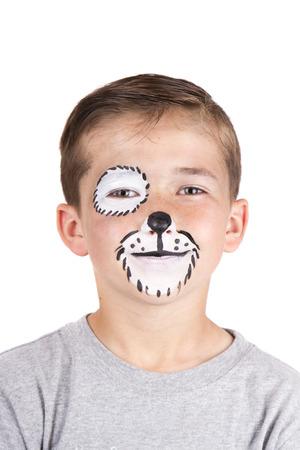 pintura en la cara: Muchacho joven que desgasta perro cara carnaval pintura aislado en blanco Foto de archivo