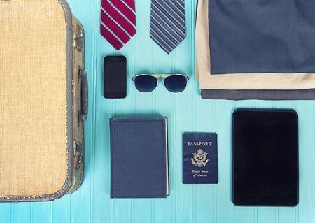 voyage vintage: collection d'articles de voyage d'affaires avec un filtre vintage sur fond turquoise