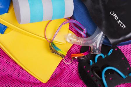 nadar: competitivo equipo de natación o el engranaje de equipo de natación incluyendo gafas, aletas y tabla de flotación en una bolsa de natación rosa neto