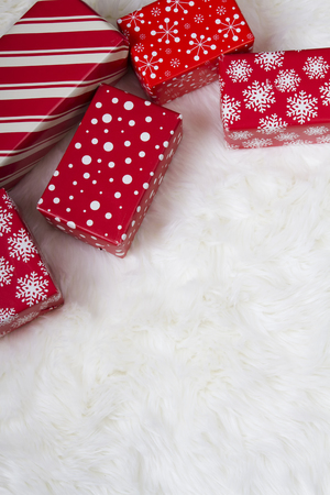 Red and White Christmas presents on a faux fur background.  Foto de archivo