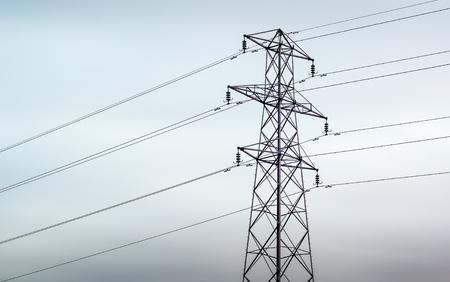 Un pylône électrique contre un ciel couvert gris au Royaume-Uni Banque d'images