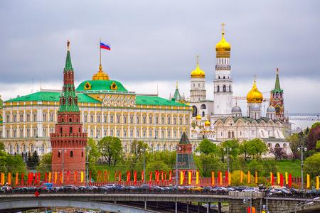 曇りの日にモスクワクレムリン夏のモスクワクレムリン曇りの日の背景に船