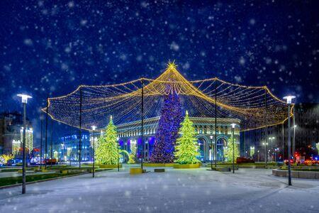Arbre de Noël sur la place Loubianka à Moscou dans les chutes de neige la nuit