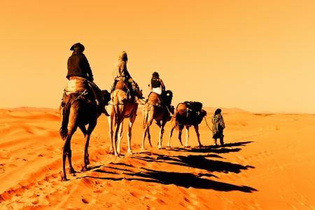 Caravanas de camellos en el desierto del Sahara