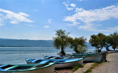 Blue sky and blue lake in Bursa, Turkey. Boats lying on the Golyazi Lake with blue sky. Bursa, Turkey. Banque d'images