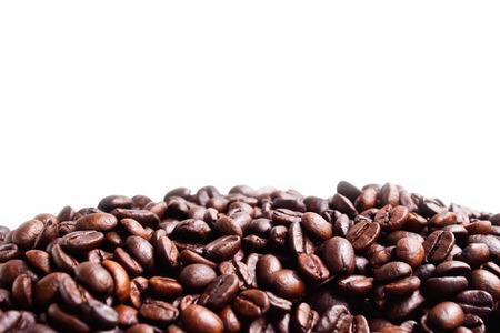 semilla de cafe: Granos de café sobre fondo blanco