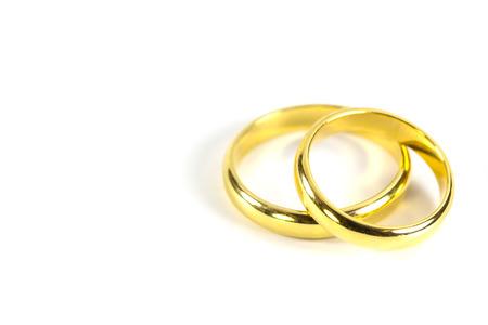 anillos de matrimonio: par de anillos de bodas de oro sobre fondo blanco