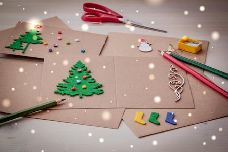 Handtekening Handgemaakte kerstkaarten Knopen met viltschaar Kerstboom sloop. Stockfoto