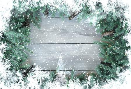 Weihnachts-Firbranch mit Kegeln auf altem rustikalem Holzhintergrund mit Kopienraum für Text, getönt