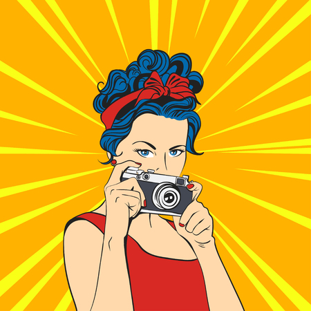 Ilustración del vector del arte pop y bella mujer. Estilo retro. El fotógrafo / Mujer que sostiene la cámara fotográfica.