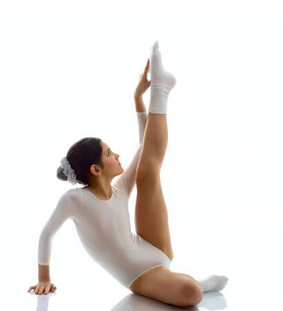 traje de bano: Retrato de ni�a linda gimnasta adolescente aislado en blanco