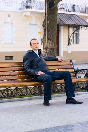 unmarried: Hombre sentarse en el banquillo al aire libre