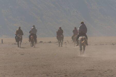 uomo a cavallo: Cavaliere in montagna Bromo, Indonesia