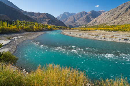 Beautiful Ghizer river in autumn season, Karakoram range, Pakistan, Asia 免版税图像