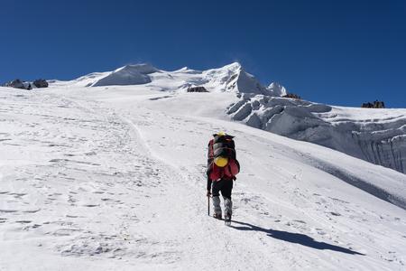 Porter walk to Mera peak high camp on Mera la glacier, Everest region, Nepal, Asia 版權商用圖片