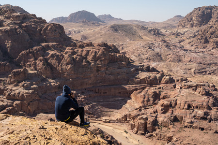 Tourist take picture and enjoy view of Roman theater in Petra ancient city, Jordan, Asia 版權商用圖片