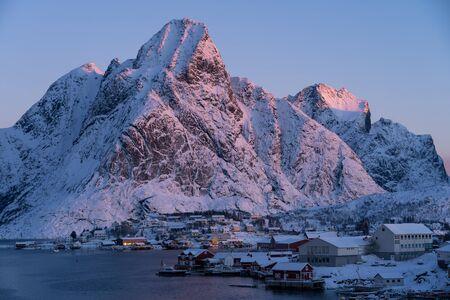 Morning sunrise at Reine village, Lofoten archipelago, Norway, Scandinavia, Europe 版權商用圖片